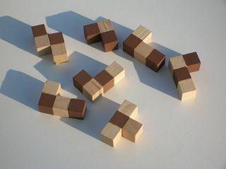 drei mal neun Würfelchen, in unterschiedlichen Kombinationen zusammengeklebt