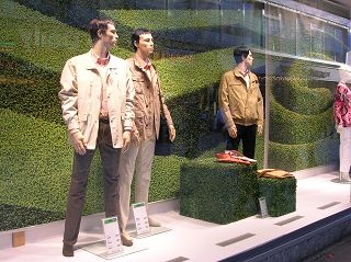 Kunstrasen-Würfel in Dortmunder Schaufenster