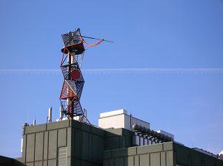 Oktaeder-Gerüst auf einem Berliner Gebäude
