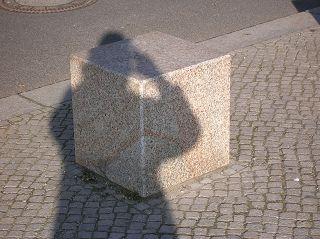 Selbstportrait mit Granitwürfel vor Berliner Reichstag