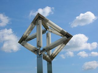 Himmel über Oktaeder-Skulptur in Wetter (Ruhr)