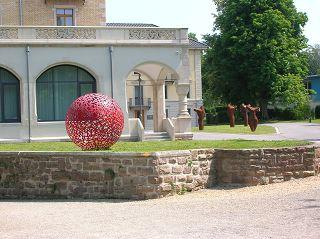 rote Kugelskulptur von Rudolf TSCHUDIN