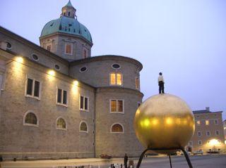 """""""Sphaera"""" von Stephan Balkenhol in Salzburg, auf dem Kapitelplatz"""