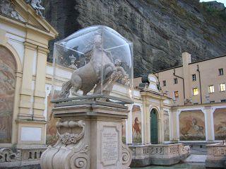 Kugel oder Würfel? Deckmäntelchen für Denkmal in Salzburg