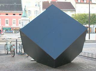 Schwarzer Würfel in Klagenfurt