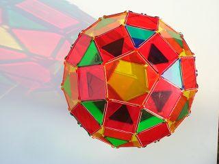 zusammengesetzt aus 62 Flächen: Rhombenikosidodekaeder