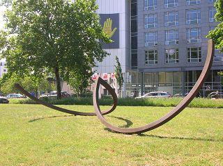 Zwei Kreishälften in Schwung. Skulptur von Alf LECHNER. Hannover-Herrenhausen