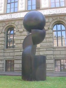 geometrische Skulptur im Vorgarten der ETH Zürich