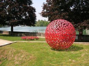 rote Kugel am Rhein