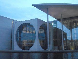 Berliner Kanzleramt: eine von Würfel und Kugel