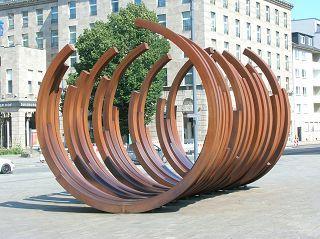 Skulptur von VENET in der Duisburger Innenstadt